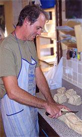 Maurizzio bei der Brot-Produktion